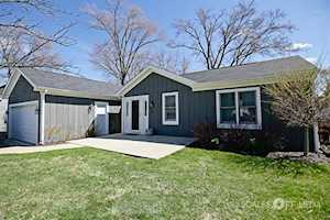 104 Oakleaf Rd Lake In The Hills, IL 60156