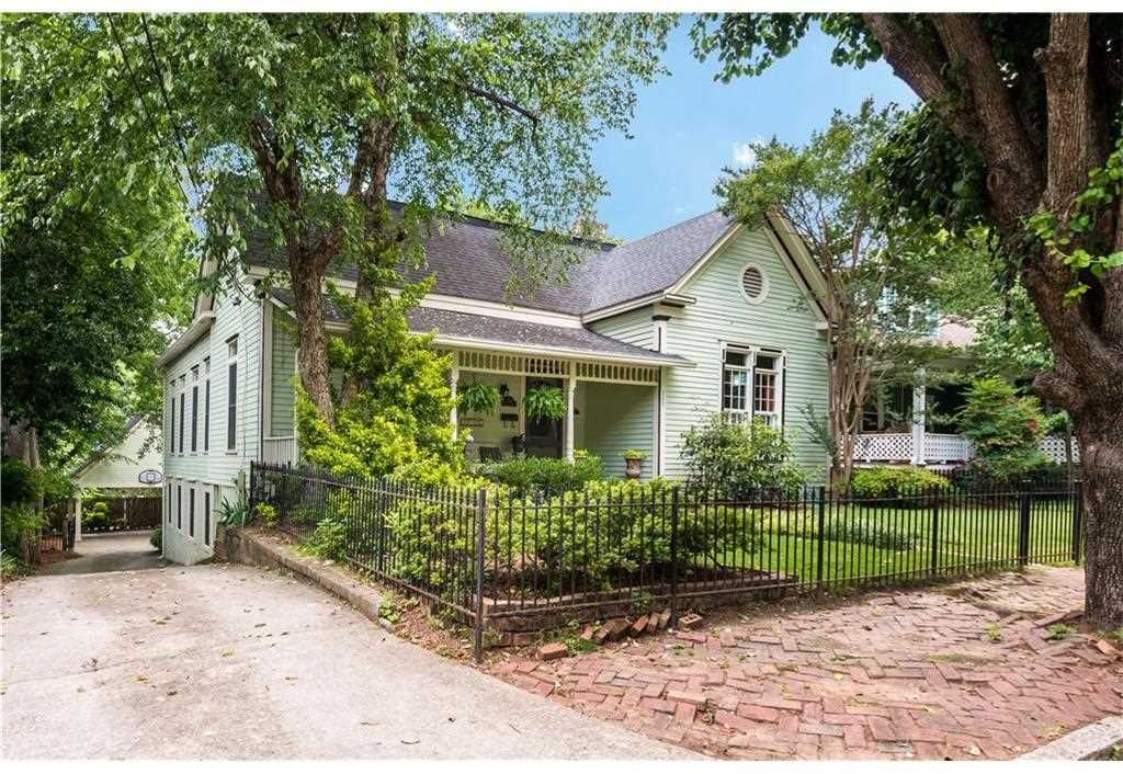 369 Oakland Ave SE is a homes for sale located in the Grant Park community of Atlanta Photo 1