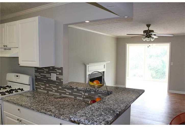 Beautiful condo recently renovated, new granite countertops, new laminate  floor, new kitchen faucet...5903378
